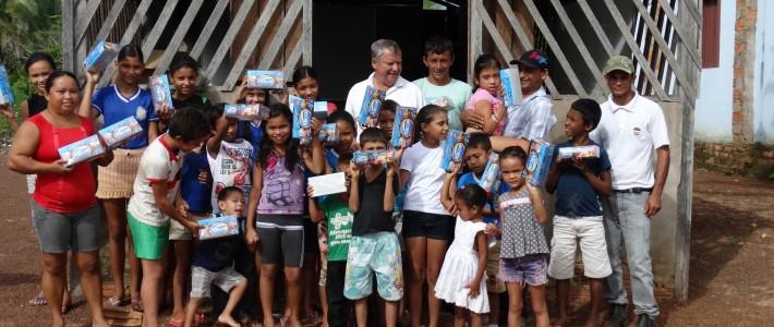 Açaí Amazonas entrega chocolates para crianças e professores em ação de Páscoa no Pará
